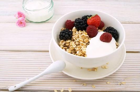 燕麦乳粉可以搭配坚果水果一起食用